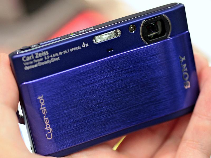 <b>DSC-TX1(ブルー)。スライド式レンズバリアを継承</b>