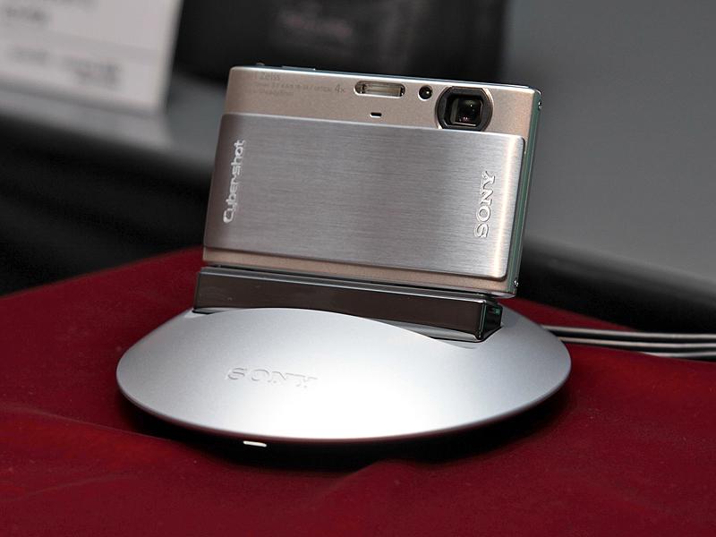 <b>対応カメラを載せると人物の顔を追いかけて自動撮影できる雲台「パーティーショットIPT-DS1」</b>