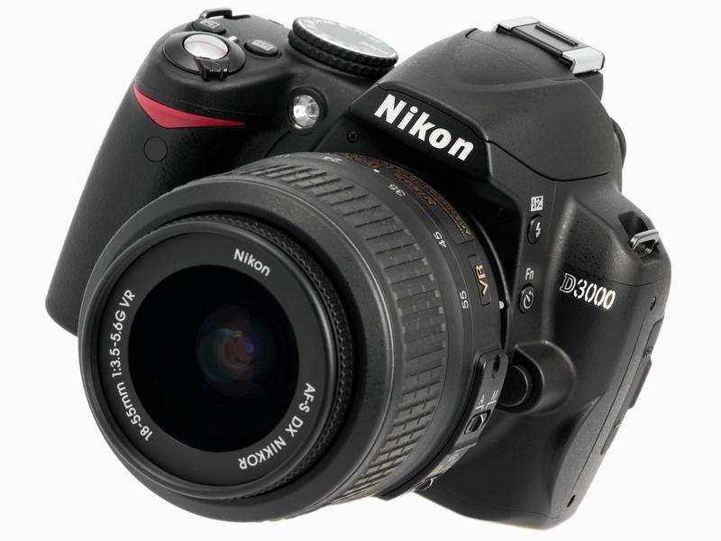 <b>今回試用したのはダブルズームキットに同梱されているAF-S DX NIKKOR 18-55mm F3.5-5.6 G VRとAF-S DX VR Zoom Nikkor ED 55-200mm F4-5.6 G(IF)の2本。ボディと合わせて1,025gだ</b>