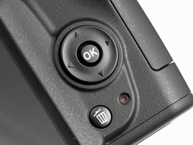 <b>マルチセレクター(十字キー)は単独操作で測距点の移動が可能。ボタンを併用する必要がないので素早く快適に切り替えられる</b>