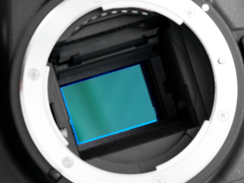 <b>撮像素子には有効1,020万画素CCDセンサーを搭載。ローパスフィルター振動によるダストリダクション機能も内蔵している</b>