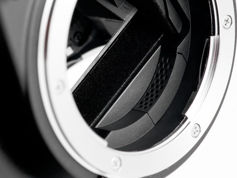 <b>D60と同じく、エアーフローコントロールシステムを搭載。ミラーボックス内部に空気整流用の穴が並んでいるのが見える</b>