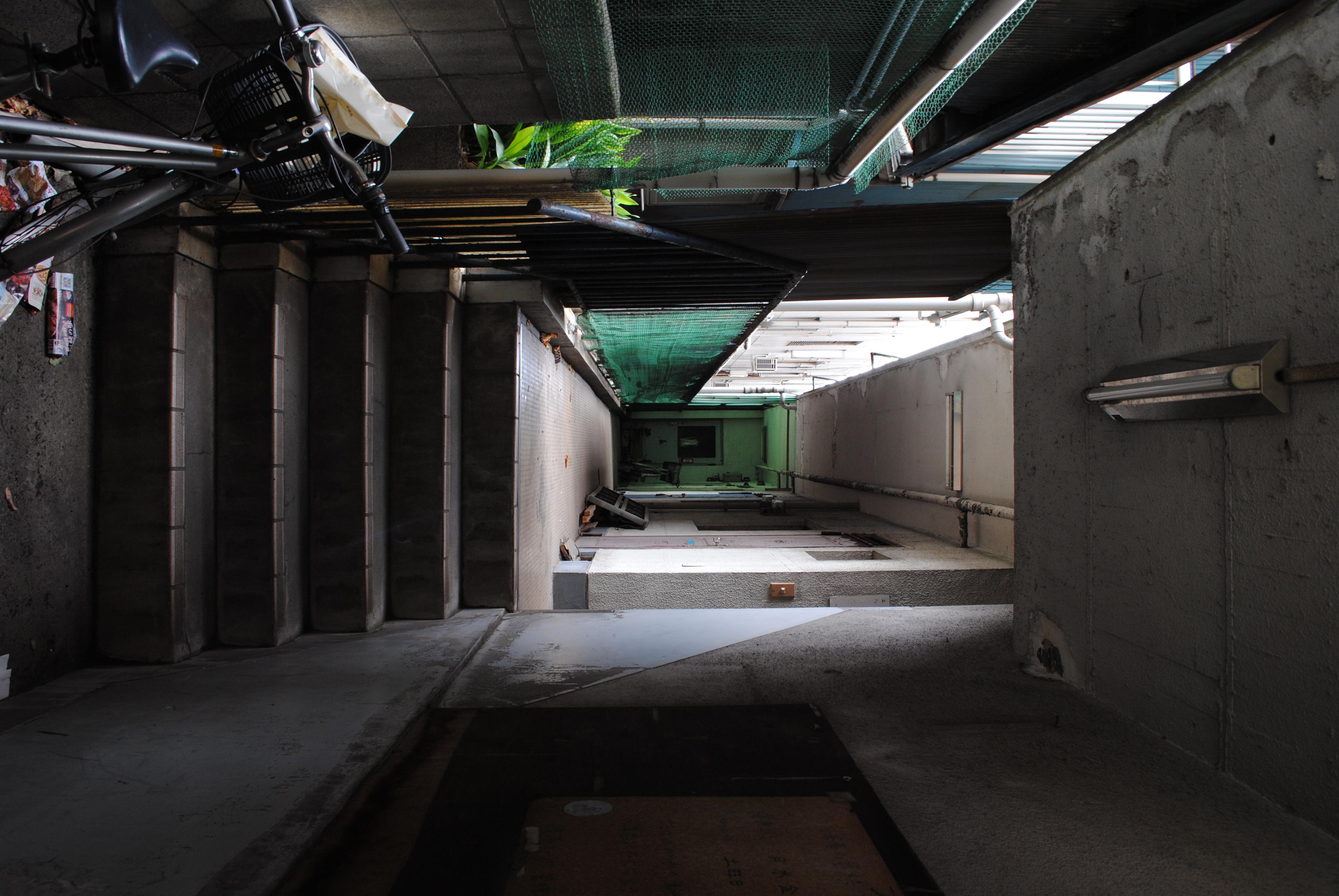 <b>月島にはいかにもな下町風情の家並みもあれば、ぴかぴかのオフィスビルもあるし、古めかしいアパートも残っていたりするのが面白い<br>AF-S DX NIKKOR 18-55mm F3.5-5.6 G VR / 3,872×2,592 / 1/13秒 / F8 / -1EV / ISO200 / WB:オート / 18mm</b>