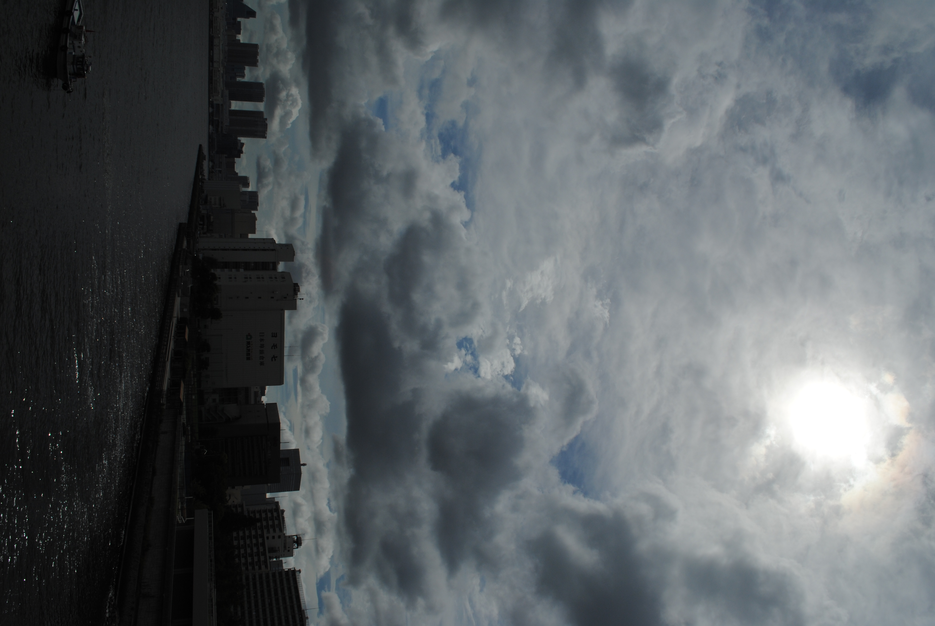 <b>太陽入りの構図ということもあるが、高層の雲と低層の雲の違いがよく見えるように、多めにマイナス補正してみた<br>AF-S DX NIKKOR 18-55mm F3.5-5.6 G VR / 3,872×2,592 / 1/800秒 / F14 / -1.3EV / ISO100 / WB:晴天 / 18mm</b>