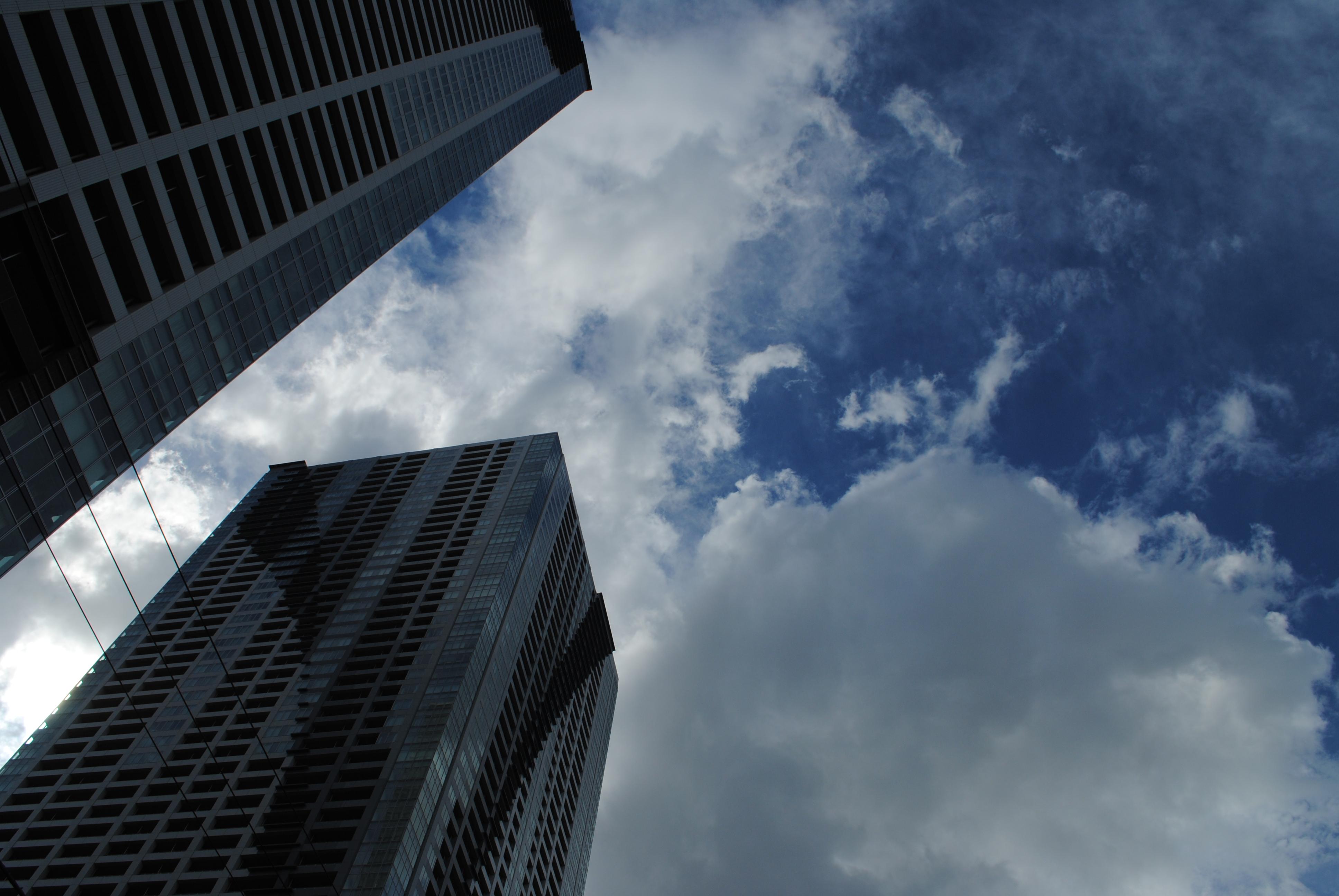 <b>風は強いし好天とは言えないが、雲間から見える空は夏とは思えないクリアな青。マイナス補正したらかなりこてこてに仕上がった<br>AF-S DX NIKKOR 18-55mm F3.5-5.6 G VR / 3,872×2,592 / 1/500秒 / F11 / -1EV / ISO100 / WB:晴天 / 18mm</b>
