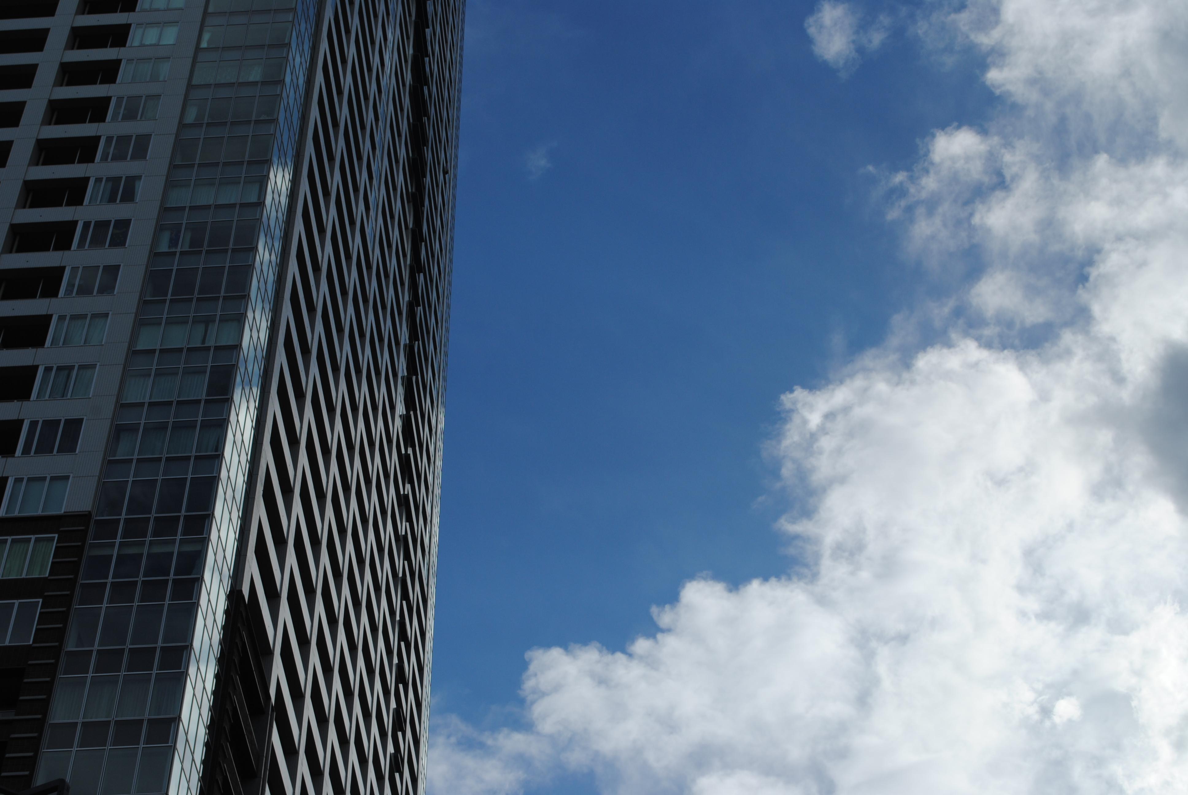 <b>上空はかなりの強風らしく、すごい勢いで雲が飛んでいく。空の青と雲の白のコントラストもものすごい<br>AF-S DX NIKKOR 18-55mm F3.5-5.6 G VR / 3,872×2,592 / 1/400秒 / F10 / -1.3EV / ISO100 / WB:晴天 / 40mm</b>