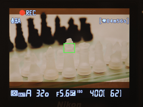 <b>動画撮影の画面表示。16:9での撮影では、上下にトリミングされ記録されない部分も暗転表示されている</b>