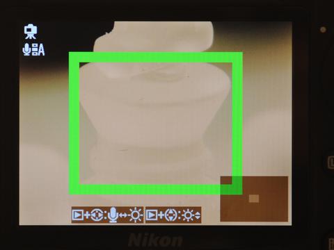 <b>ライブビュー撮影ではフォーカスエリアを拡大表示できる。ただし、拡大表示時にシャッターボタンを半押しにしても全画面表示には戻らないため、フレーミングを確認してシャッターを切りたい場合には、OKボタンを押して全画面表示に戻す必要がある</b>