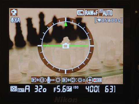 <b>ライブビュー撮影時にも水準器を表示することが可能。infoボタンを押すことで、表示内容が切り替えられる</b>