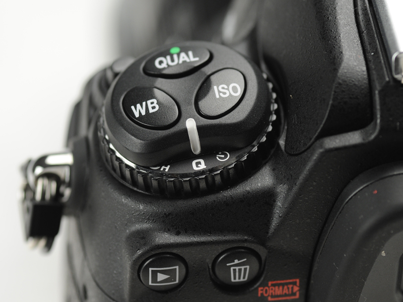 <b>レリーズモードダイヤルを「Q」の位置にセットすると静音撮影モードとなる。Qモードでは、レリーズ後、シャッターボタンを離すまではミラーダウンの動作が行なわれない</b>