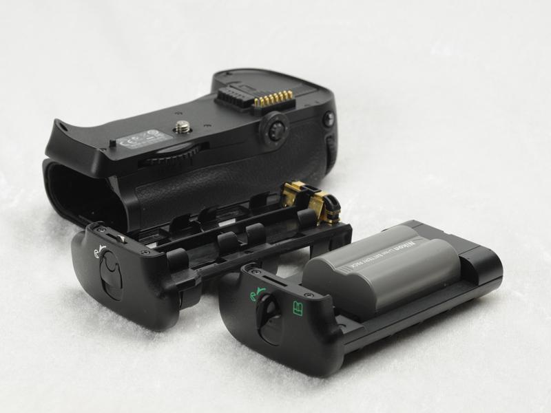 <b>マルチパワーバッテリーパック「MB-D10」には、Li-ionリチャージャブルバッテリー EN-EL3e1個を装着できるカートリッジと単3形電池8本用のカートリッジの2種類が付属する。EN-EL4aを装着するには、別売のバッテリー室カバー「BL-3」が必要</b>