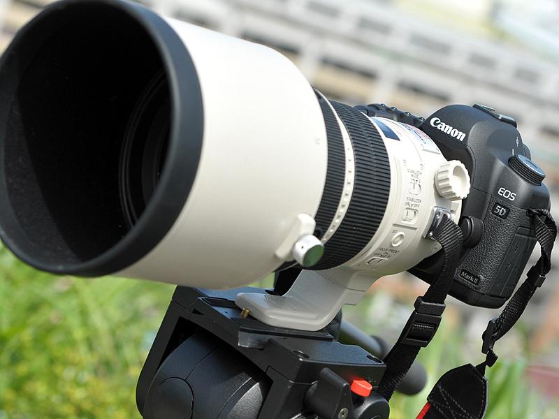 <b>EF 200mm F2 L IS USMを装着したEOS 5D Mark II</b>