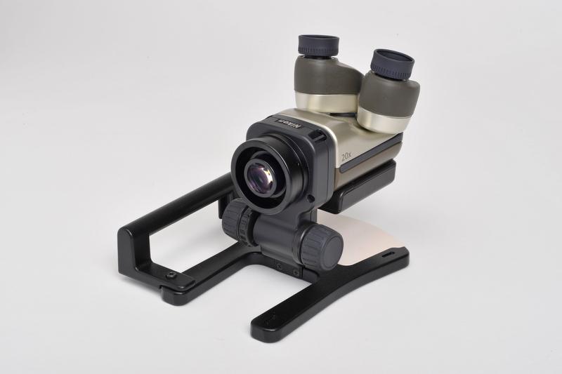 <b>本体にはグリップが用意され、底面には三脚穴がある。またツリヒモ取り付け部があるなどアウトドアでの撮影に適した仕様になっている</b>