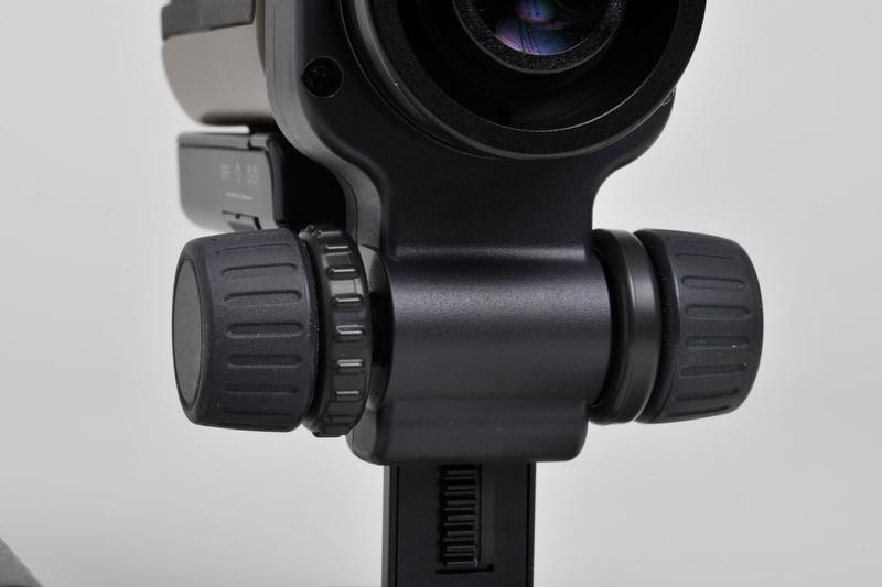 <b>トルク調整機能付きフォーカスノブ。接地面から上方34.5mm、下方5.5mmの範囲でピント合わせができる。またトルク調整ネジがあるのでピントずれを防止できる</b>
