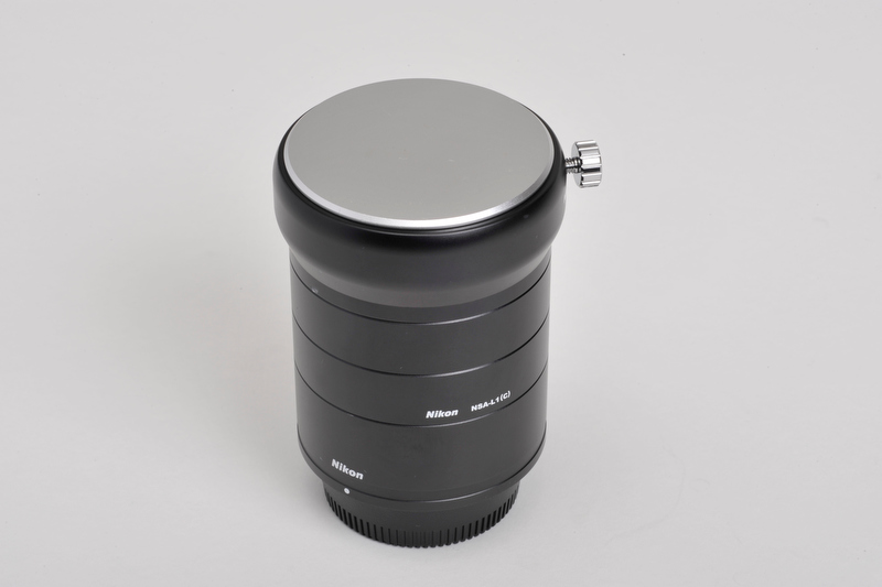 <b>デジタル一眼レフカメラ用アタッチメント「NSA-L1」(オプション)。別にコンパクトデジタルカメラ用もオプションで用意されている</b>