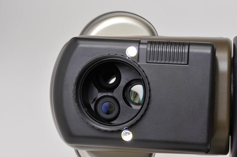 <b>対物レンズ面には「観察光学系対物レンズ」×2と「撮影系対物レンズ」がある。照明装置として左右に白色LEDが搭載され、片方もしくは両方の照射が可能だ</b>