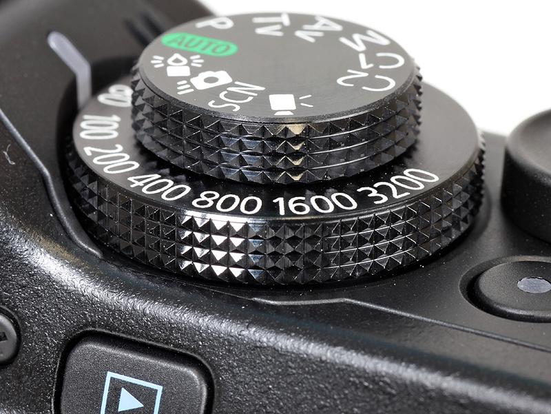 <b>ISO感度ダイヤルとモードダイヤル。PowerShot G10より厚みが薄くなった</b>