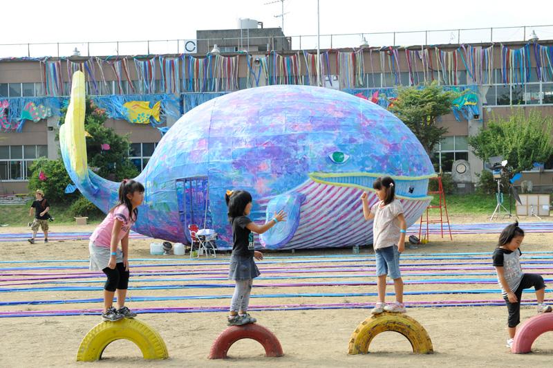 <b>「水のない水族館をつくろう」をテーマに、子ども達がクジラや深海魚などを手作りした(写真はソニー提供)</b>