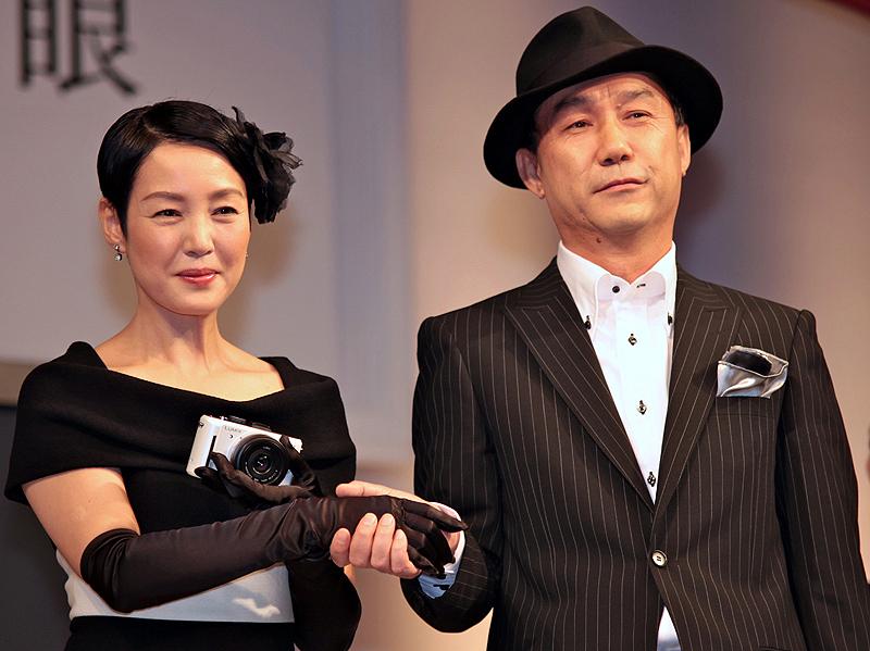 <strong>西口氏と握手を交わす樋口可南子さん。DMC-GF1のコンセプトは「ファッション・ムービー一眼」とあって、西口氏もファッショナブルな装いで登場した</strong>