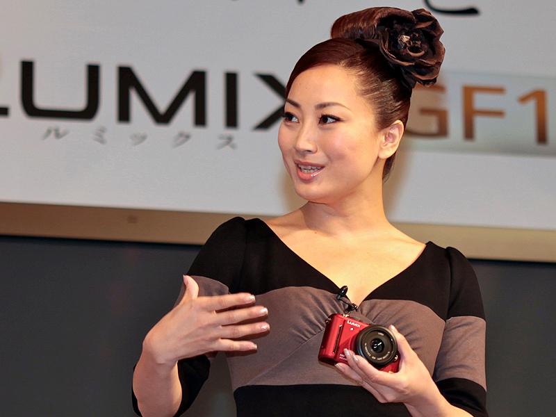 <strong>鈴木慶江さん。「今女性の間では、荷物をコンパクトにというのが流行です。ですからバッグに忍ばせておいて、でもさっと取出すと周りの目を引くようなカメラに仕上がっていると思いました」</strong>