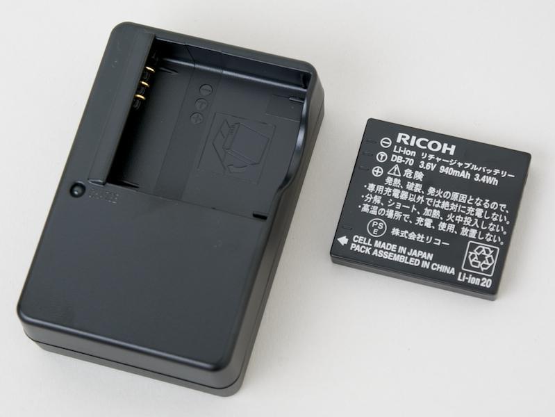 <b>充電器もCX1同梱のBJ-7と同じ。この組み合わせはCaplio R6時代からRシリーズを経てCX2に受け継がれている</b>