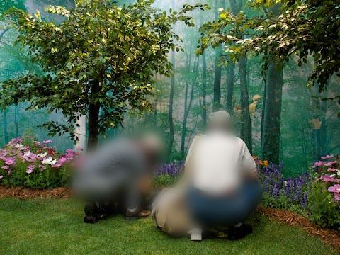<b>内部は森の中を模した空間。樹木や花は本物だ</b>