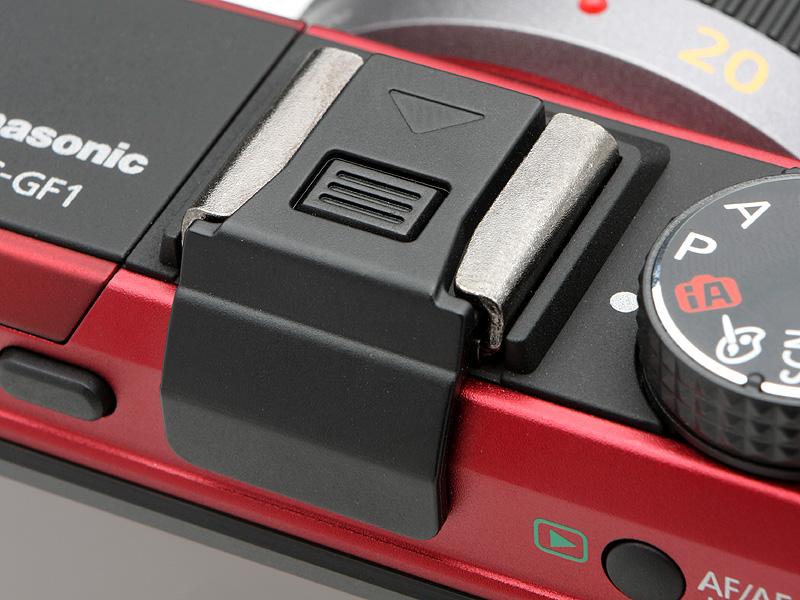 <b>アクセサリーシューカバーには端子部分も保護する。このカバーには、不用意に外れないようにロック機能が備わっている</b>