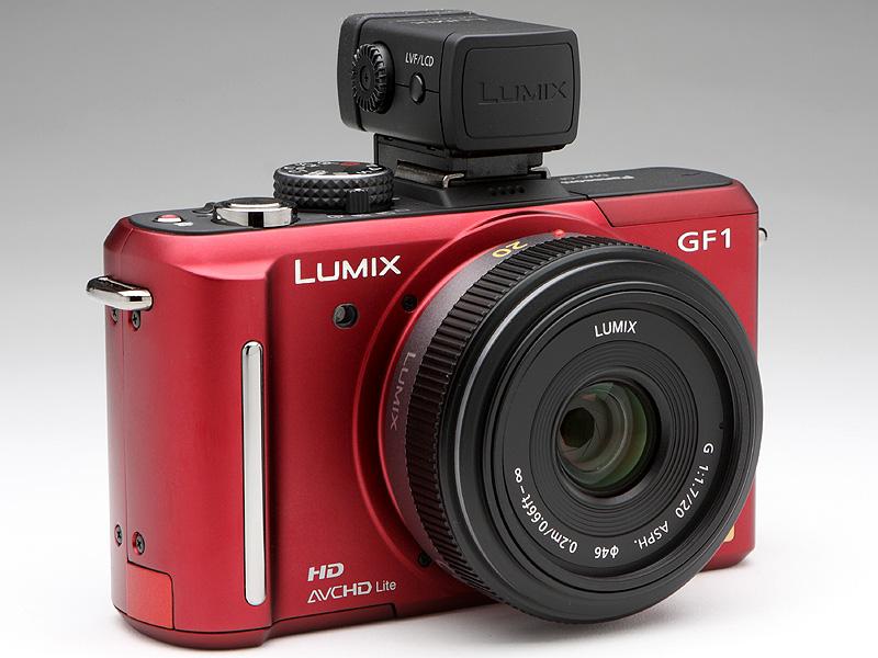 <b>DMW-LVF1をDMC-GF1に装着したところ。デザイン的にもう少しカメラとの一体感が欲しいという意見も聞くが、正面から見ると個人的は精悍な印象を受ける</b>