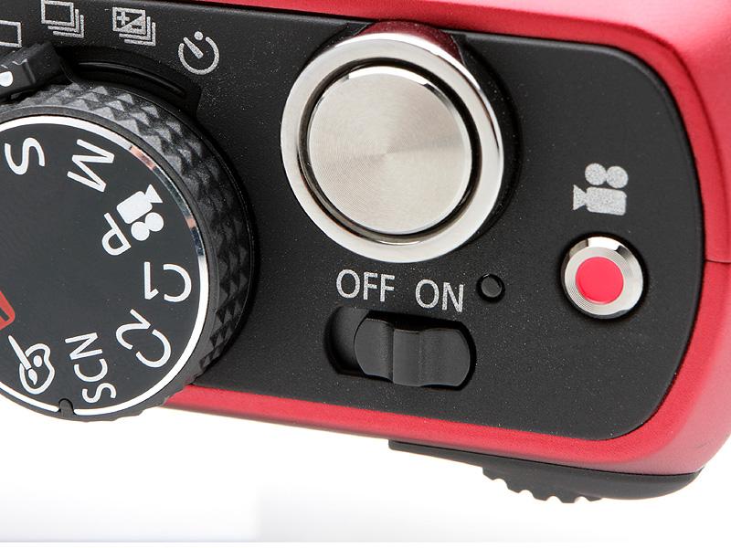 <b>視認性の高い電源スイッチ。LUMIXシリーズのよき伝統というべきものだ。赤いボタンは動画用のスイッチで、こちらも視認性がよい</b>