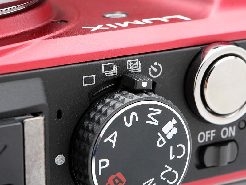 <b>ドライブモードレバー自体は直感的で使いやすいのだが、撮影モードダイヤルを回すと指に引っかかりいっしょに動いてしまうことが多々あった</b>