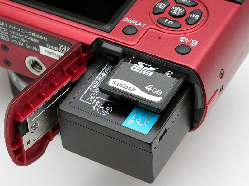 <b>記録メディアはSDHC/SDメモリーカード、バッテリーパックはDMC-GH1およびDMC-G1と共通のリチウムイオン充電池「DMW-BLB13」を使用</b>