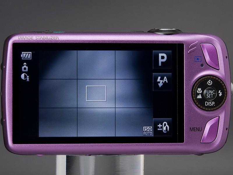 <b>IXY DIGITAL 930 IS。従来のIXY DIGITALシリーズのデザインだが、液晶モニターはタッチパネル対応。タッチパネルとボタンのいいとこ取りのデザインとえいる</b>