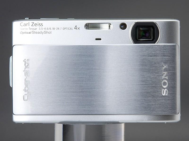 <b>とにかく薄いDSC-TX1。タッチパネル操作を強く意識したスタイリングだ</b>