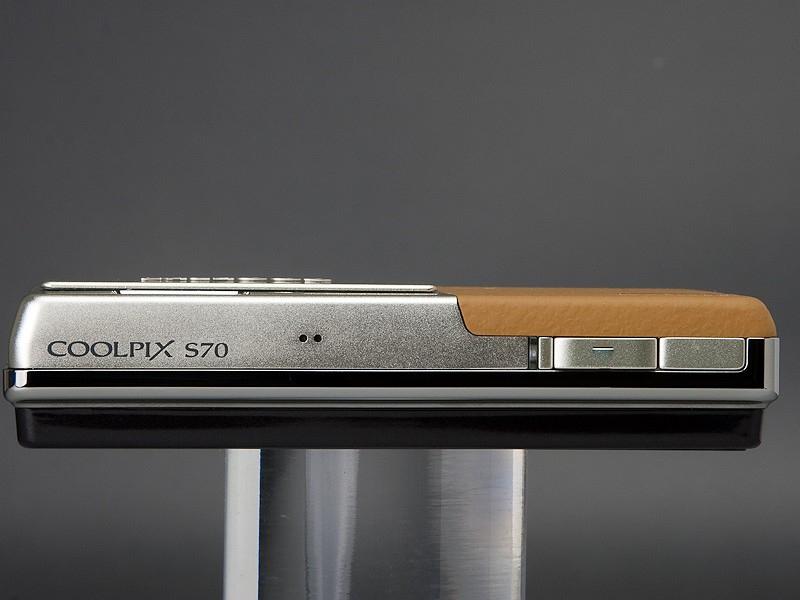 <b>背面全体を有機ELディスプレイが覆うCOOLPIX S70のボディ</b>