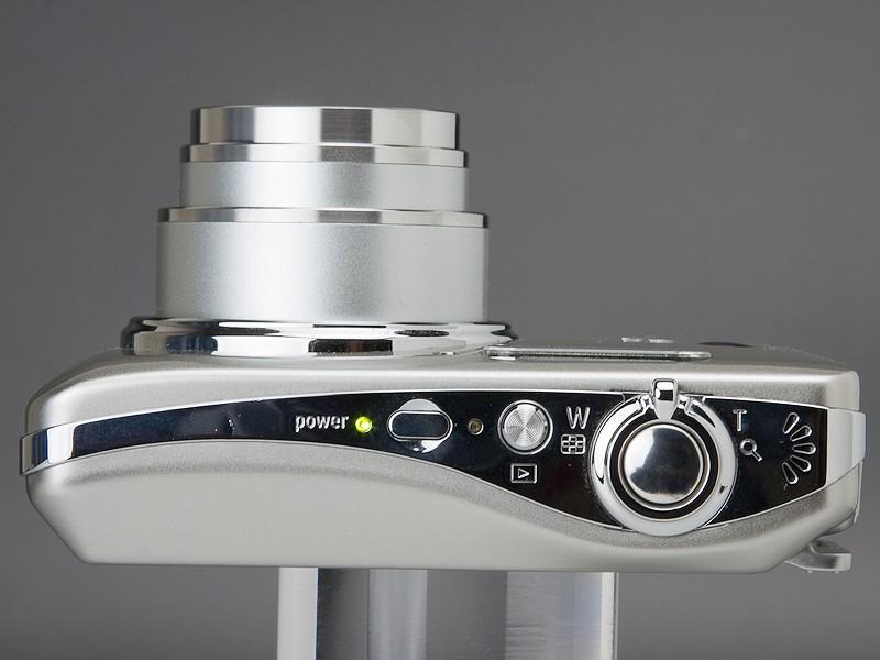 <b>一般的なボタン式のデジカメといった感じのデザインだが、背面は静電容量方式のタッチパネル</b>