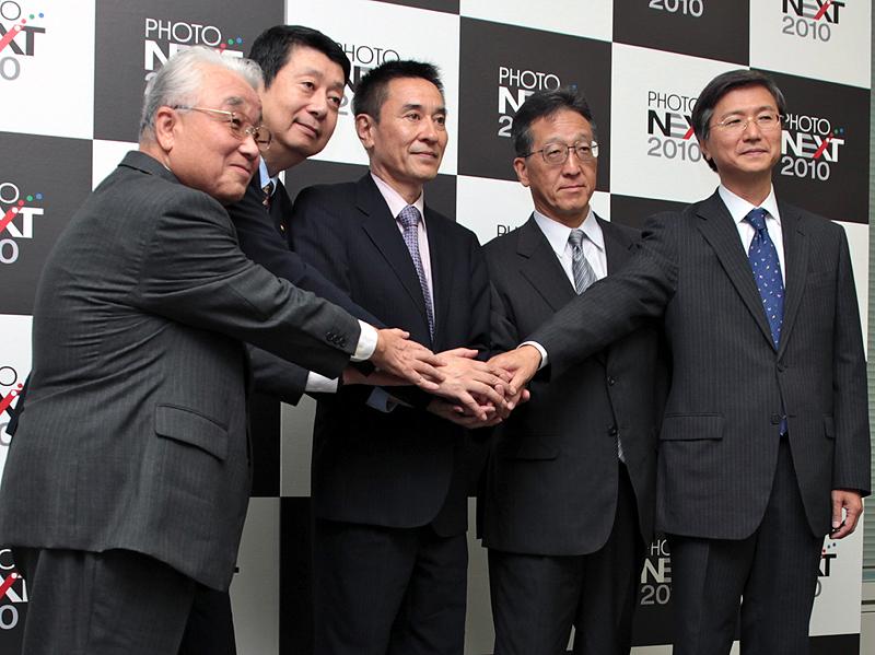 <b>各主催者の代表。左から日本営業写真機材協会の岡芳男会長、日本写真映像用品工業会の中谷幸一郎会長、プロメディア代表取締役の北島茂社長、日本カラーラボ協会の杉原和朗会長、写真感光材料工業会の境裕之会長代行</b>