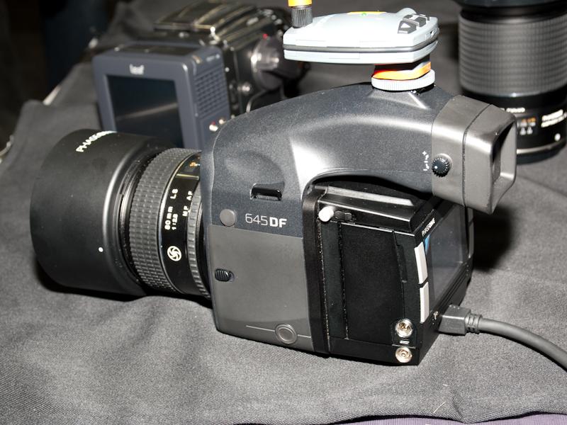 <b>デジタルバック専用の中判カメラ「645DF」</b>