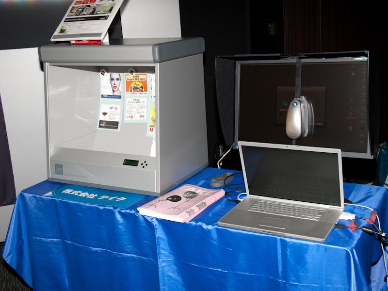 <b>テイクは、色見台に配置した印刷物とモニターのカラーマッチングを行なえるシステム「colorCommunicator2」を展示した</b>