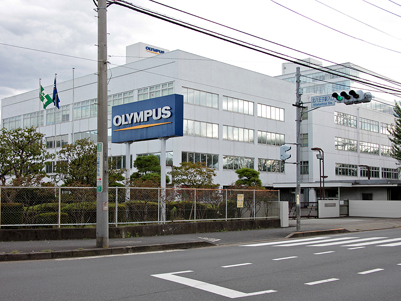<b>お話を伺った「オリンパス技術開発センター石川」(東京都八王子市)。カメラ、顕微鏡、情報機器に加えて、生産技術の開発も行なっている。なお、小松氏のみ新宿モノリスビル(本社)でお話を伺った</b>