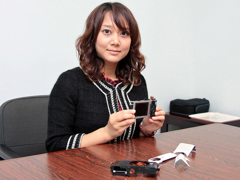 <b>岩久恭子氏。「E-P1は持つ喜びのあるカメラだと思います。持ち歩くだけでも楽しいですね」</b>