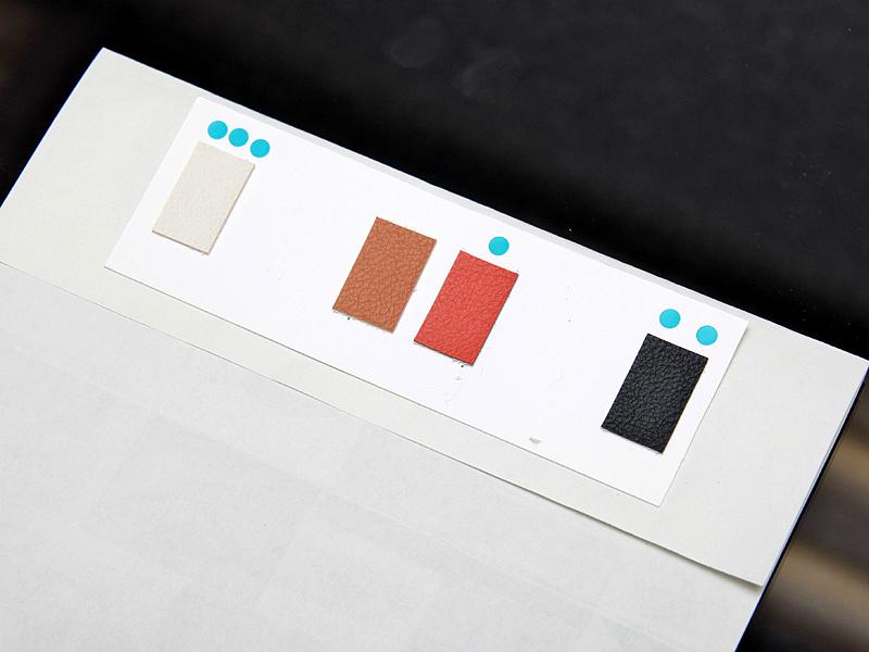 <b>ボディージャケットとストラップの色につてもさまざまな検討を行なった</b>