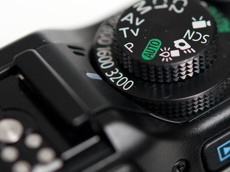 <b>ISO感度の設定は、ISOダイヤルを回して行う。感度設定は、AUTOのほかISO80からISO3200までとなっている。また、モードダイヤルにある「ローライトモード」に設定すると最大ISO12800までの撮影が可能となる</b>