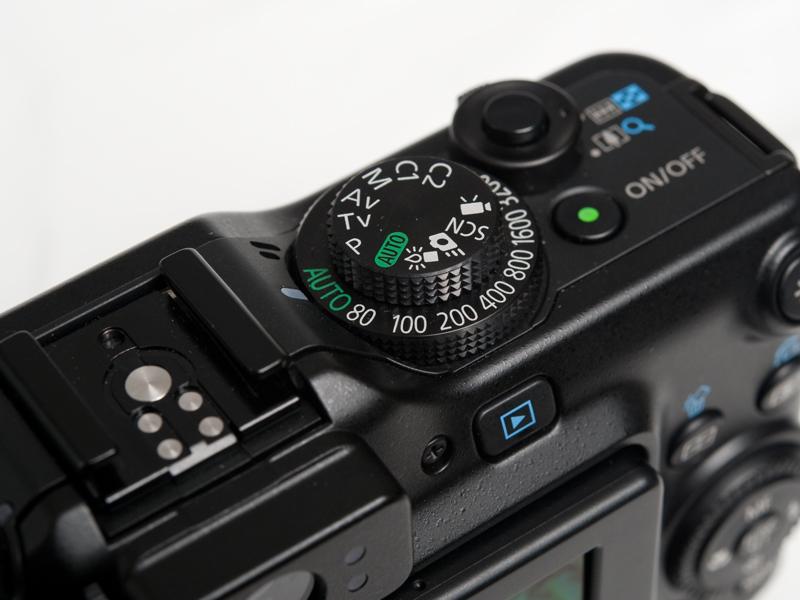 <b>モードダイヤルには、プログラムAE、シャッタースピード優先AE、絞り優先AE、マニュアル露出の各露出モードに加え、AUTO、ローライトモード、クイック撮影、シーンモード、動画などが用意される。クイック撮影モードは、光学ファインダーを覗きながら撮影するためのモードだ</b>