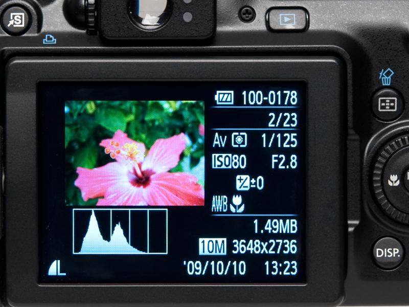<b>画像再生時に、DISPボタンを押すと、通常の全画面表示や、撮影情報やヒストグラムが表示される詳細表示、ピント位置が確認できる拡大表示などを切り替えることができる。詳細表示では白飛び警告なども行ってくれる</b>