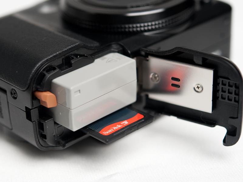<b>バッテリーはG10と同じ「NB-7L」。G10では約400枚(液晶モニター表示時)だったのが、G11では約390枚とわずかに減っている</b>