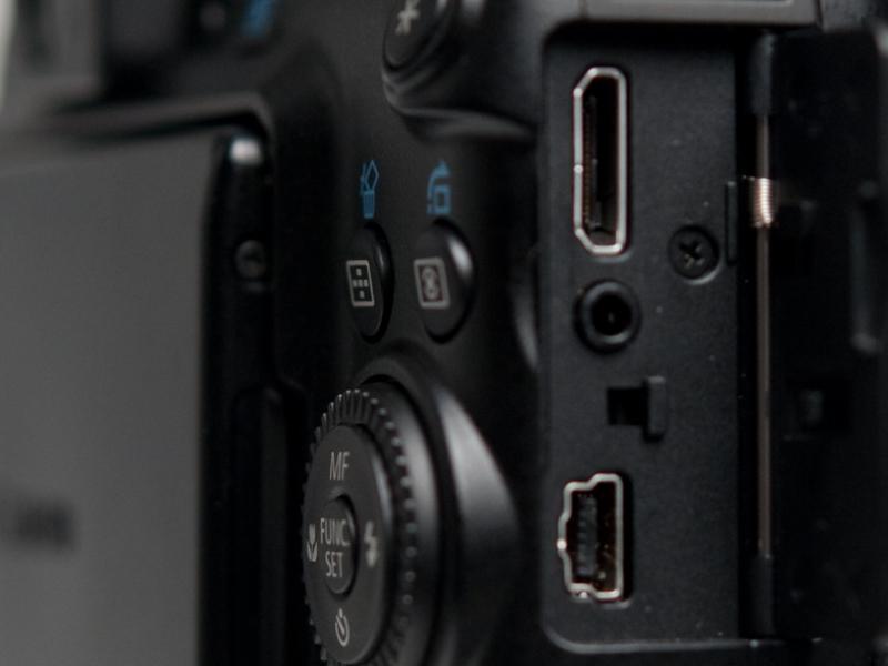 <b>ボディ右側面には、Hi-Speed USB、AV-OUT、HDMI(ミニ)の各端子が備えられている。使わないときはプラスチックのカバーがしっかりとフタをしている</b>