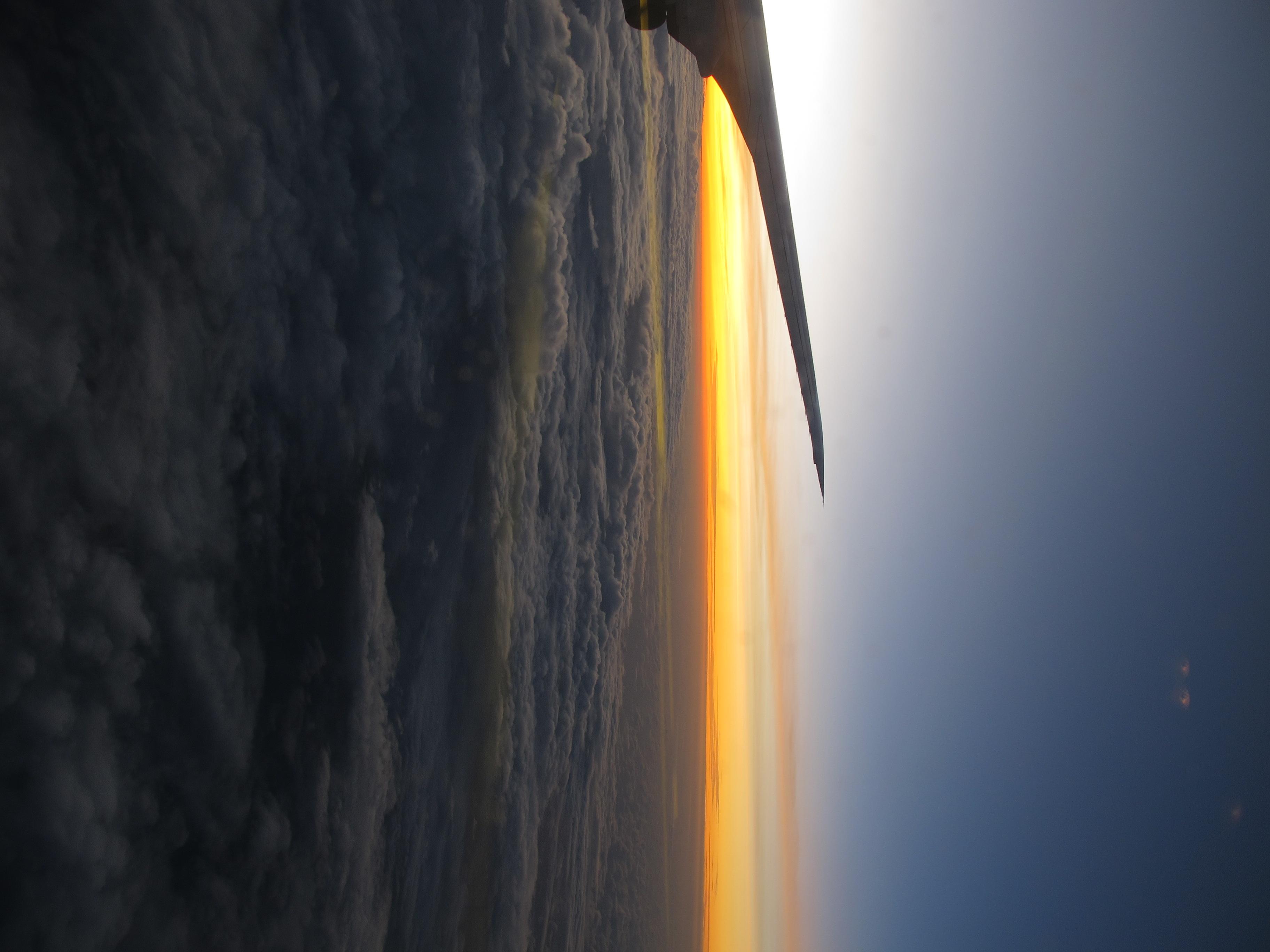 <b>機内から夕焼け空を撮影。シーンモードを夕焼けにセットし、空の赤さが強調された<br>PowerShot G11 / 2736x3648 / 1/60秒 / F3.2 / 0EV / ISO80 / WB:夕焼け /WB:オート / 6mm</b>