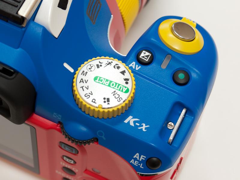 <b>モードダイヤルは黄色ベースのパーツを使用。盤面はK-m whiteと同様のシルバー塗装が施されている</b>