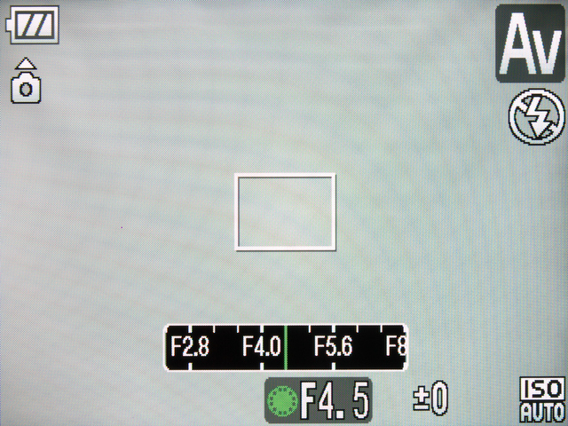 <b>背面のコントローラーホイールを使うとPモードでは露出補正が調整でき、Tvモードではシャッター速度、Avモードでは絞り値が調整できる。TvとAvモード時には、上の十字キー(露出ボタン)を押すたびに、優先オートの数値と露出補正とが切り替わる</b>