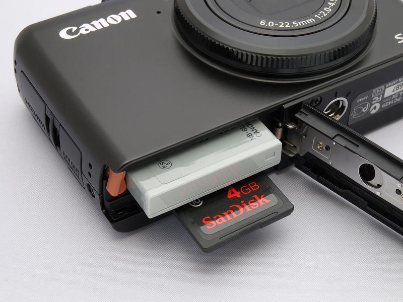 <b>バッテリー「NB-6L」は約220枚の撮影が可能。ほかのカメラのサブ機として使用するなら別だが、気合を入れて使うつもりなら、予備バッテリーは用意したい。記録メディアはSDHC系を使用できる<br></b>